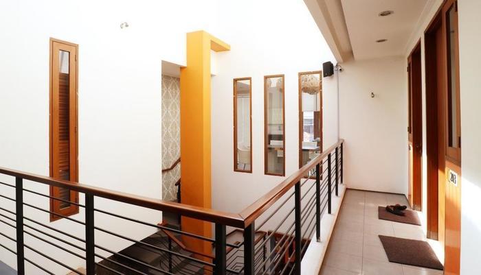 Putri Bali Guest House Surabaya - Coridor