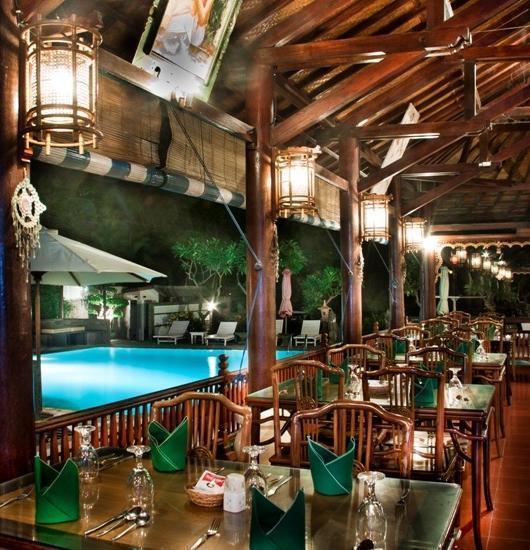 Bali Taman Lovina Resort Bali - Restaurant berkapasitas 70 orang dengan pemandangan kolam renang danpantai