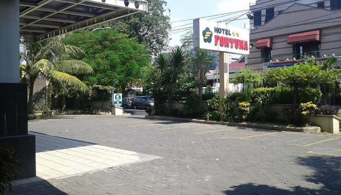 Hotel Fortuna Surabaya - Lapangan parkir kendaraan (depan)