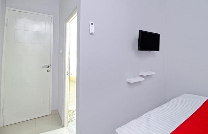 RedDoorz at Meruya Selatan - Room