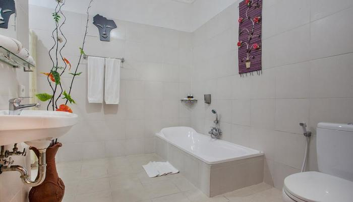 Villa Tukad Alit Bali - Bathroom with bathtub