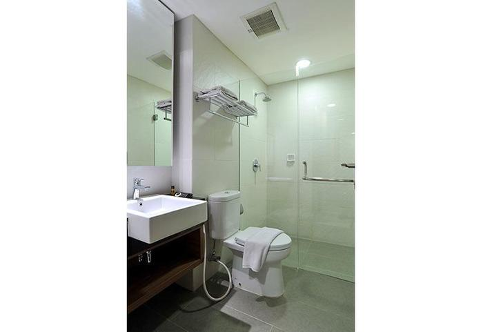 Midtown Hotel Surabaya - Bathroom