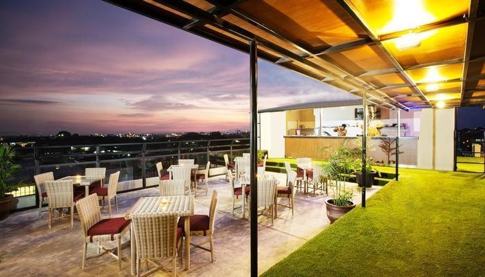 Yellow Star Gejayan Hotel Yogyakarta - Kuning Sky Lounge tempat, Steak dan Pasta