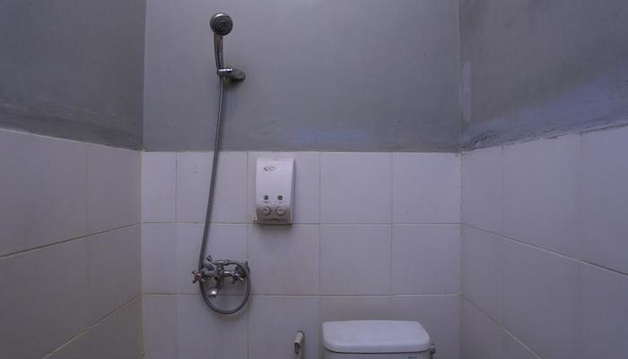 RedDoorz @Dewi Sita Seminyak Bali - Kamar mandi