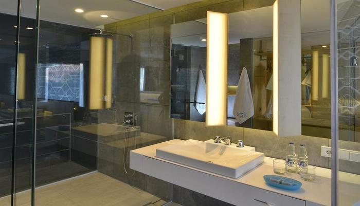 IZE Seminyak Bali - Deluxe Twin Bathroom
