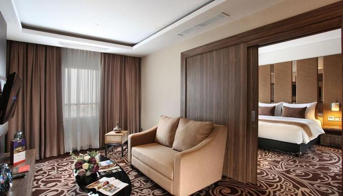 Swiss-Belinn Karawang Karawang - Suite Living Room