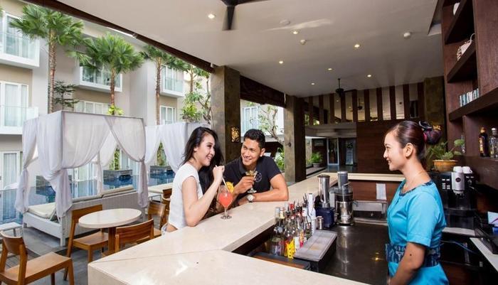 Grand Ixora Kuta Resort Bali - Pool Bar