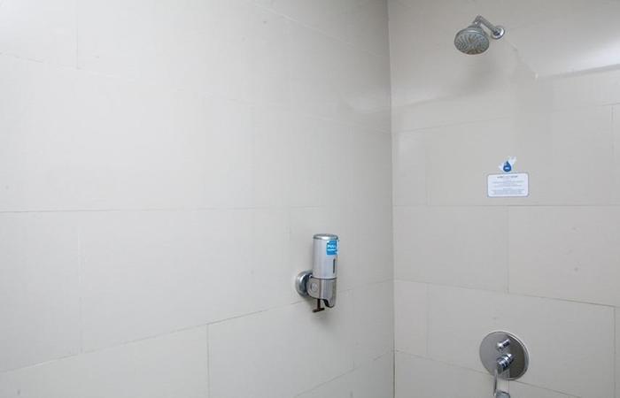RedDoorz Plus near Bandung Station 2 Ciroyom - Bathroom