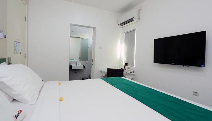 RedDoorz near Pantai Jerman Bali - Bedroom