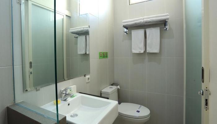 RedDoorz near Pantai Jerman Bali - Bathroom