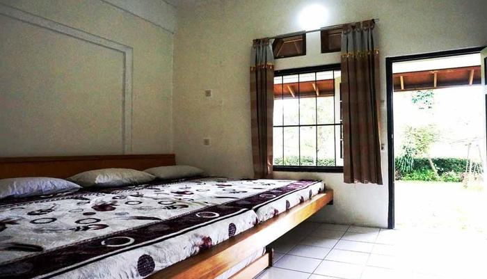 Pondok Buah Sinuan Bandung - FAMILY TERRACE BIG BED SIZE FOR 5 PERSON