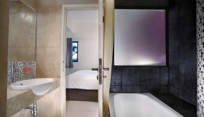 Fave Hotel Cililitan - Bathroom