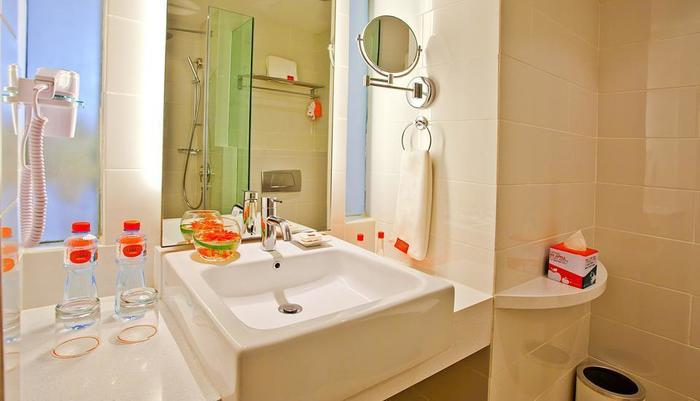 HARRIS Hotel Surabaya - Bathroom