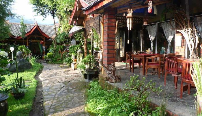 Yoschi's Hotel Probolinggo - resto&taman2