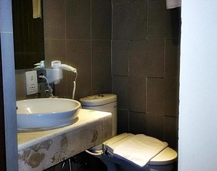 Bedrock Hotel Bali - Kamar mandi