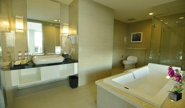 Swiss-Belhotel Jambi - Bathtub