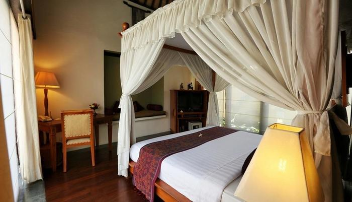 The Sanyas Suite Bali - Meja kerja dan Day bed Deluxe Suite Villa