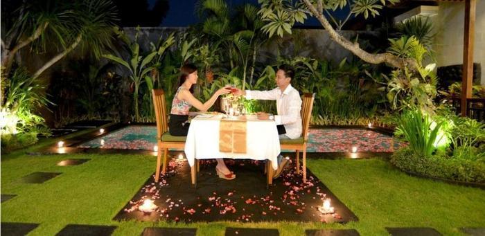 Sandi Agung Villa Bali - Candle Light Dinner around the pool area