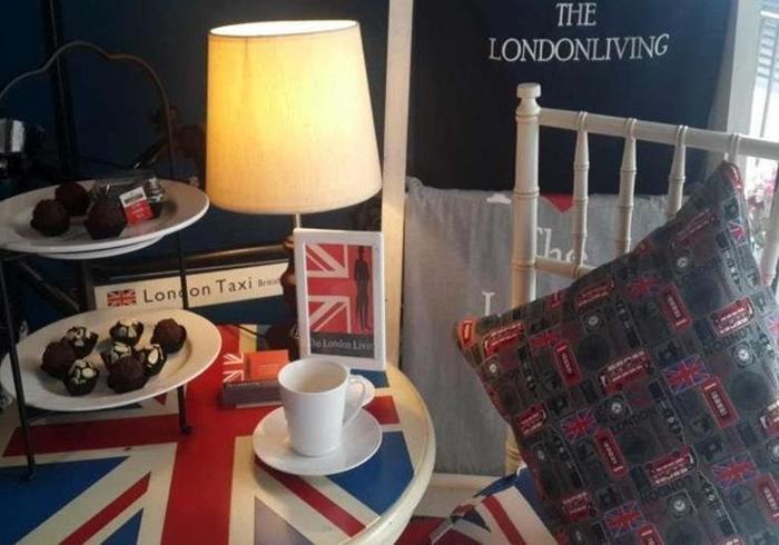 The London Living Kebagusan City Jakarta - Meja dan kursi