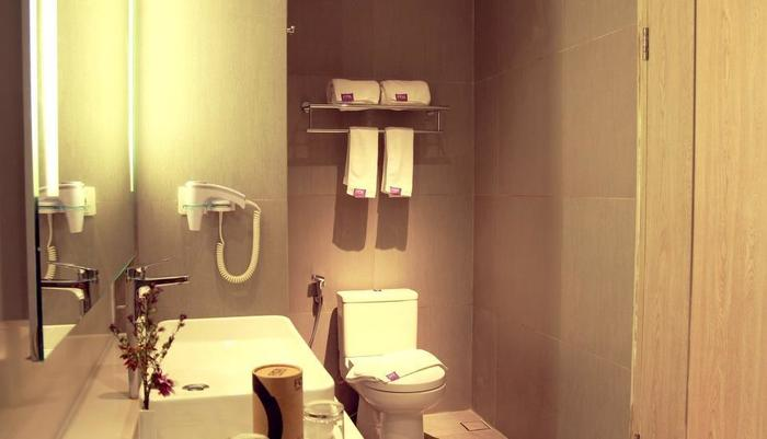 FOX HARRIS Hotel Pekanbaru - Bathroom