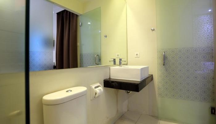 RedDoorz @Istana Kuta Galeria Bali - Kamar mandi