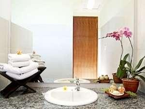 Mirah Hotel Banyuwangi - Deluxe Bathroom