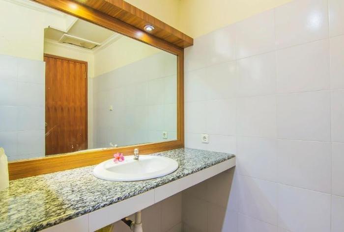 Mirah Hotel Banyuwangi - Bathroom