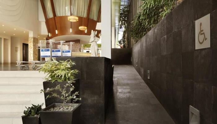 Holiday Inn Express Bali Raya Kuta Bali - Eksterior
