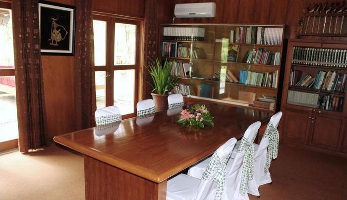 Hotel Manohara Magelang - Library
