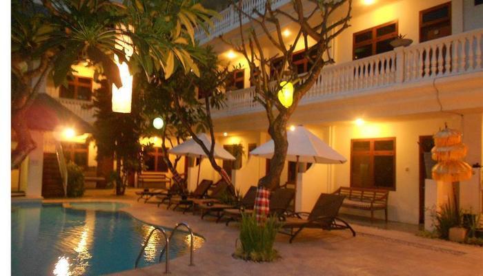 Wida Hotel Bali - pemandangan kolam renang pada malam