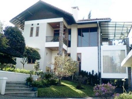 Villa Istana Bunga 3 Bedrooms Bandung - Villa Garbera