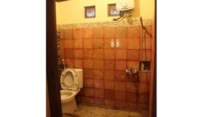 Ndalem Joglo Hinggil Private Villa Yogyakarta - Bathroom