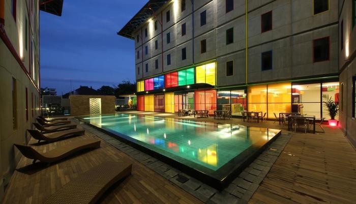 Pop Hotel Kuta - Kolam Renang Luar Ruangan