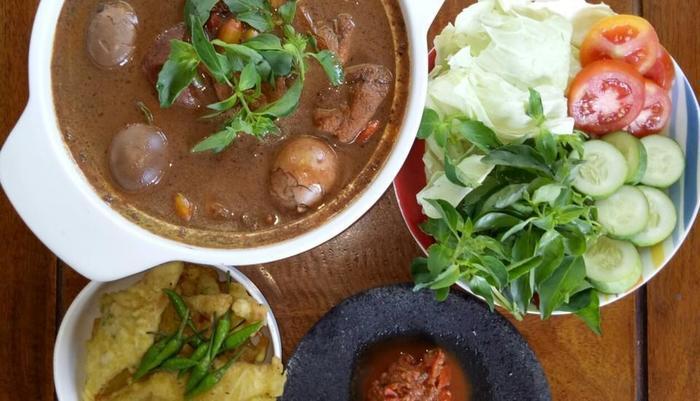 Oemah Kayu Homestay Yogyakarta - Menu andalan makan siang kami - Brongkos Jogja # biaya tambahan dan pemesanan seblmnya