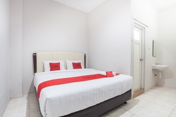 RedDoorz near Taman Flora Surabaya - RedDoorz Room Regular Plan