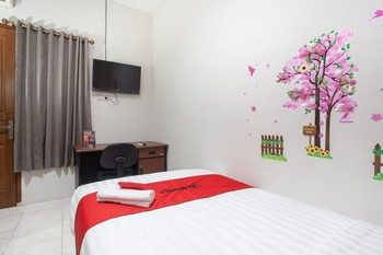 RedDoorz near Taman Flora Surabaya - Promotion 125K Regular Plan
