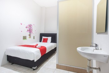 RedDoorz near Taman Flora Surabaya - RedDoorz Room with Breakfast Regular Plan