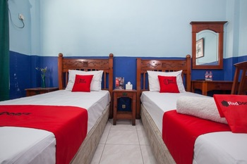 RedDoorz @ Genteng Surabaya 2 Surabaya - RedDoorz Twin Room with Breakfast Kurma Deal