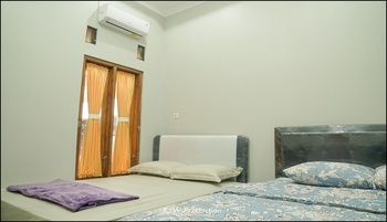 M Stay Guest House Yogyakarta - Kamar Keluarga Kamar Mandi Bersama 2 Bed Regular Plan