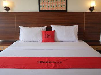 RedDoorz Plus near Senen Jakarta - RedDoorz Premium with Breakfast last minute