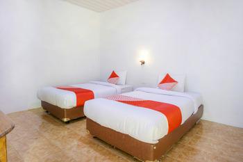 OYO 2186 Tongging Beach Danau Toba - Deluxe Twin Room Big Deals