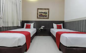 RedDoorz Plus @ Tuparev Cirebon Cirebon - Twin Room with Breakfast Regular Plan