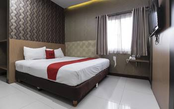 RedDoorz Plus @ Tuparev Cirebon Cirebon - Deluxe Room with Breakfast Regular Plan