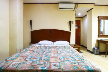 King Stone Hotel Tangerang Selatan - Deluxe Room Stay More, Pay Less