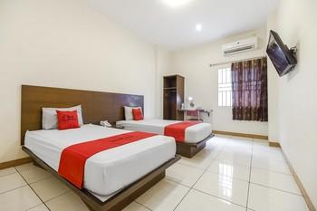 RedDoorz Plus @ Karebosi Area 2 Makassar - RedDoorz Twin Room Kurma Deal