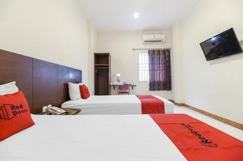 RedDoorz Plus @ Karebosi Area 2 Makassar - RedDoorz Twin Room with Breakfast Kurma Deal