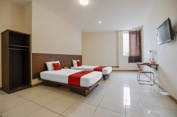 RedDoorz Plus @ Karebosi Area 2 Makassar - RedDoorz Deluxe Twin Room Kurma Deal