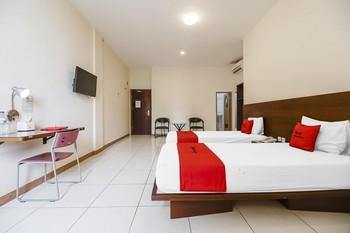 RedDoorz Plus @ Karebosi Area 2 Makassar - RedDoorz Deluxe Twin Room With Breakfast Kurma Deal