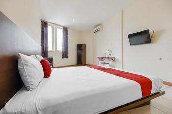 RedDoorz Plus @ Karebosi Area 2 Makassar - RedDoorz Room with Breakfast Kurma Deal
