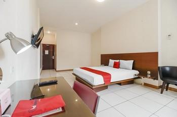 RedDoorz Plus @ Karebosi Area 2 Makassar - RedDoorz Deluxe Room with Breakfast Kurma Deal
